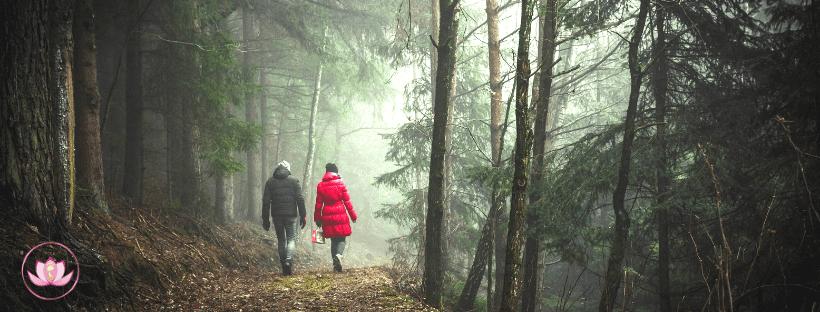 coppia camminando al aperto
