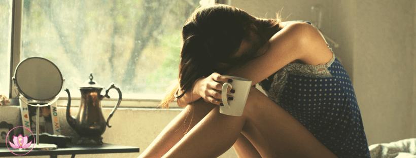 donna con tazza di caffe